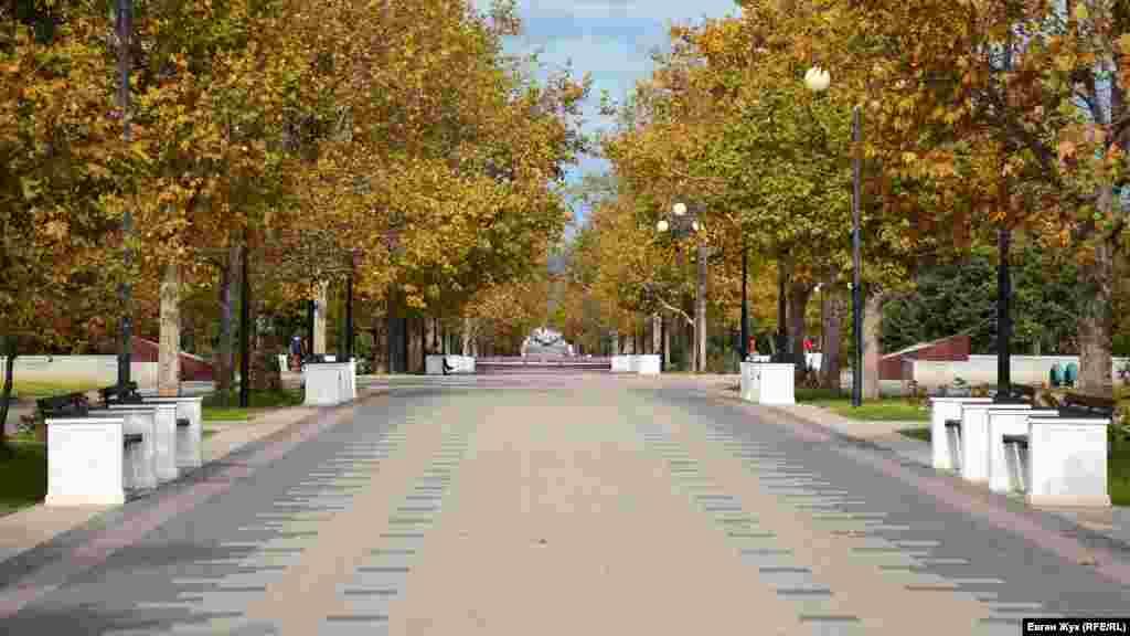 Главная аллея Парка Победы в Севастополе теперь выглядит по-осеннему