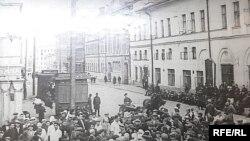 Казаннар радиодан Сталин чыгышын тыңлый. 1941 елның 3 июле.