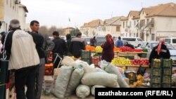 Bir bazardan beýleki bazara göçürilýän telekeçiler