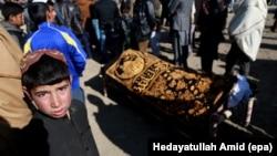 Люди на похороні загиблого внаслідок вибуху цивільного жителя, Кабул, Афганістан, 11 січня 2017 року