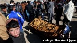 Owganystanyň paýtagtynda parlament binasynyň öňünde bolan goşa bomba partlamasynda wepat bolan adamyň jaýlanyş çäresi, 11-nji ýanwar, 2017.