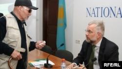 Ұлттық банк төрағасы Григорий Марченко (оң жақта) баспасөз маслихатында. Алматы, 26 наурыз 2008 жыл.