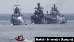 Luftanijet ruse duke hyrë në portin e bazës së marinës ruse në Baltisky, në rajonin e Kaliningradit. Fotografi nga arkivi