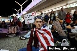 Демонстрация в аэропорту Лос-Анджелеса против указа Дональда Трампа
