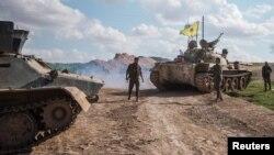 مقاتون من قوات حماية الشعب الكردي في راس العين السورية