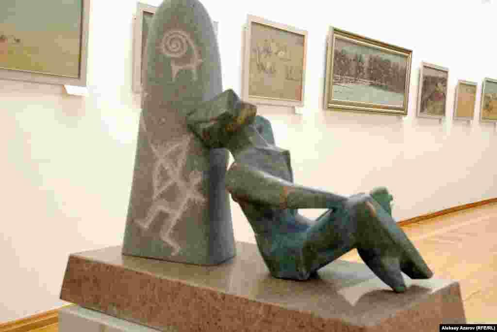 Скульптура «Раздумье» с другой стороны.