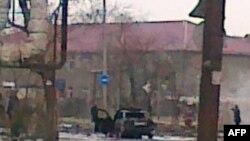 Горящий автомобиль после нападения террориста-смертника, Кизляр, 31 марта 2010 г.