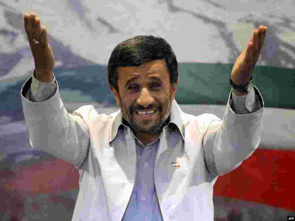 13 qershor '09 - Zyrtarët e zgjedhjeve thanë se pas numërimit të shumicës së votave, presidenti i Iranit, Mahmud Ahmadinexhad, ka fituar 65 për qind të votave në zgjedhjet presidenciale, duke siguruar kështu mandatin e dytë. Kreu i Komisionit Zgjedhor, Kamran Daneshxhu, tha se sfiduesi më i afërt, reformatori Mir Hosein Musavi, ka marrë 32 për qind të votave.