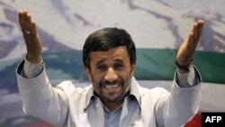 محمود احمدینژاد در کنفرانس مطبوعاتی روز یکشنبه.