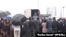 Душанбе базарында азық-түлік сатып алуға кезекте тұрған адамдар, Тәжікстан, 5 наурыз 2020 жыл.