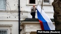 Снятие российского флага со здания консульского отдела посольства РФ в Лондоне