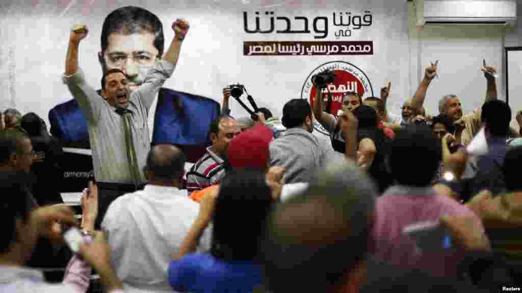 """""""Мұсылман бауырлар"""" ұйымының кеңсесіне Мурсидің жеңгені туралы хабар жетті. Каир, 24 маусым 2012 жыл"""