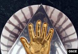 Астанадағы «Бәйтерек» монументіндегі Қазақстан президенті Нұрсұлтан Назарбаевтың алақанының таңбасы. (Көрнекі сурет)