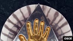 """Қазақстан президенті Н. Назарбаевтың """"Бәйтерек"""" монументіндегі алақан таңбасы"""