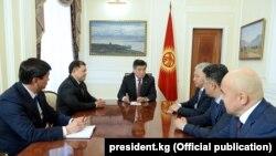 Парламенттеги көпчүлүк коалициянын: КСДП, «Кыргызстан» жана «Бир Бол» фракцияларынын лидерлери мурдагы президент, экс-спикер жана мурунку өкмөт башчы менен жолугушууда. 2018-жыл. (Архивдик сүрөт).