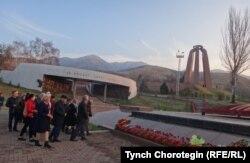"""""""Ата-Бейиттеги"""" сталинизм курмандыктарынын көрүстөнүнө гүл коюу. 08.11.17."""