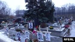 Могили «проклятих солатів» на варшавському кладовищі Повонзки, знайдені професором Кшиштофом Шваґжиком. У роки комунізму поверх цих могил ховали «заслужених комуністів»