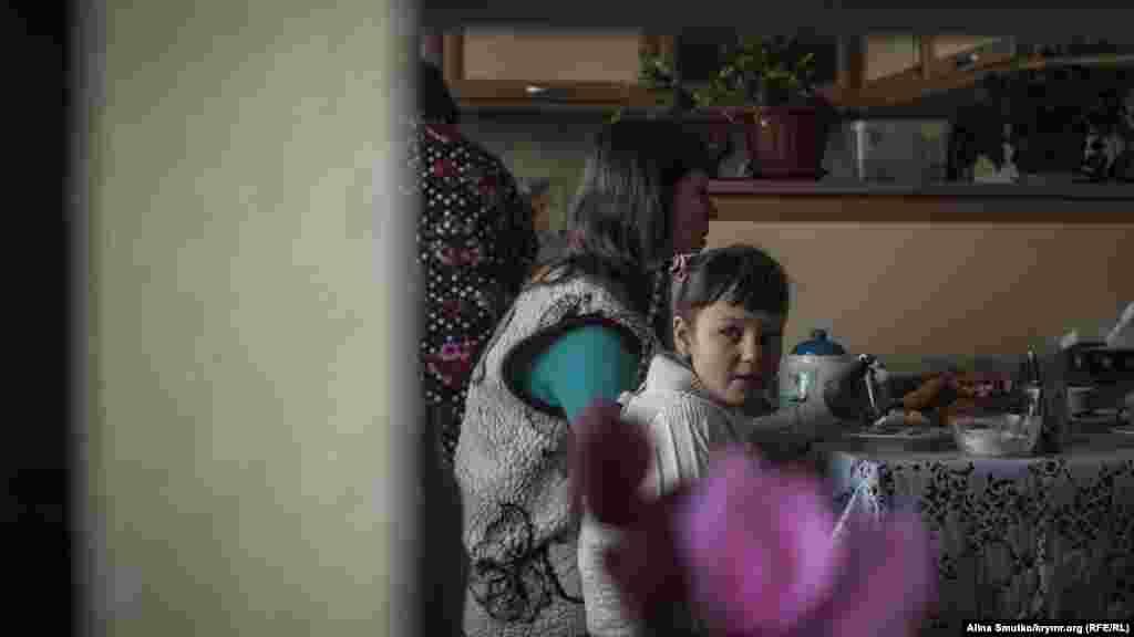 Эльвина, Зарема и Азры за обедом