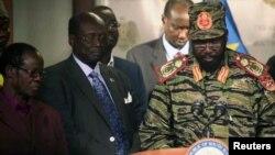 Президент Южного Судана Салва Киир (справа) на пресс-конференции. 16 декабря 2013 года.