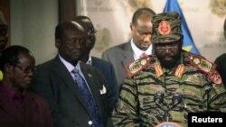 Оңтүстік Судан президент Салва Киир (оң жақта) баспасөз мәслихатында. 16 желтоқсан 2013 жыл.