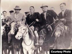 Қайым Мұхамедханов (оң жақта), Ғали Орманов (ортада) және Мұхтар Әуезов (сол жақта). Қасқабұлақ, 1957 жыл