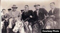 Кайым Мухамедханов (справа), Гали Орманов (в центре) и Мухтар Ауэзов (слева). Каскабулак, 1957 год.