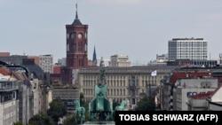 A Brandenburgi kapu, háttérben a berlini városházával 2020. szeptember 9 -én