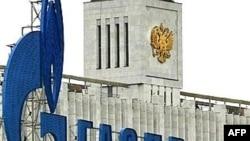 Логотип «Газпрому» перед будинком уряду Росії