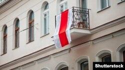 Белоруското знаме на опозицијата на балкон, Минск, Белорусија