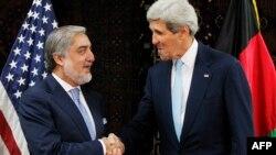 АҚШ мемлекеттік хатшысы Джон Керри мен Ауғанстан президенті сайлауына түскен кандидат Абдулла Абдулла. Кабул, 11 шілде 2014 жыл.