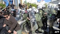 Столкновения полиции и демонстрантов в Афинах