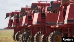 Рабочий осматривает сельскохозяйственную технику на ферме. Акмолинская область, 9 сентября 2013 года.