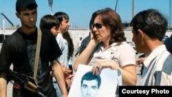 """Через три года и три месяца была похищена и убита Наташа Эстемирова. В 2006-м на пикете Наташа держала плакат """"Верните Булата!"""" Правосудия пока нет ни по одному из этих преступлений"""