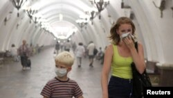 Subway passengers in Moscow wear protective masks in order not to inhale dangerous particulates in the air due to the wildfires.