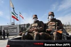 Пакистанские солдаты в масках патрулируют возле закрытой пакистано-иранской границы в Тафтане. 25 февраля 2020 года.