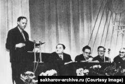 Сахаров выступает с речью перед советскими учеными в Сарове в 1960-е годы.