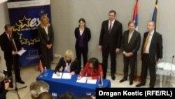 Potpis na dokument stavile su direktorka za Zapadni Balkan u Evropskoj komisiji Henoveva Ruis Kalavera i Jadranka Joksimović, ministarka evrointegracija u Vladi Srbije