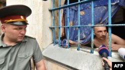 Ув'язнений спілкується з журналістами у присутності працівника Лук'янівського СІЗО у Києві, липень 2016 року