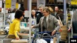 Покупатели в очереди у кассы в магазине. Иллюстративное фото.