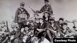 ნუგზარ კახნიაური (პირველ რიგში მარცხნიდან მესამე) სხვა ჯარისკაცებთან ერთად
