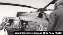 Vizitele de lucru aveau un întreg ritual din care nu lipsea elicopterul. Aici în vizită la Suceava. Sursa: comunismulinromania.ro (MNIR)