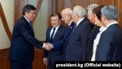 Президент Сооронбай Жээнбеков с делегатами заседания совета ТюркПА. Бишкек, 8 декабря 2017 года.