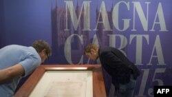 Копия Великой хартии вольностей на выставке в Вашингтоне