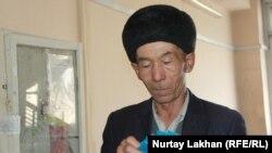 Этнический казах из Китая держит в руках документы, выданные правительством Казахстана, в Алматы. 25 января 2019 года.