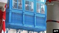 """Находящиеся в музее """"Бардо"""" посетители смотрят из окна во время вооруженного нападения на него, 18 марта 2015 года"""