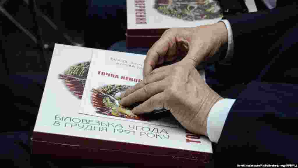 В книзі розміщені унікальні світлини, які демонструють пробудження волевиявлення українського народу