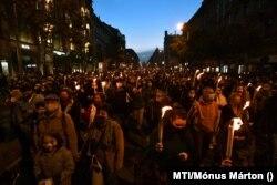 Tüntetők vonulnak Budapesten 2020. október 23-án a Színház- és Filmművészeti Egyetem átalakítása ellen tartott felvonuláson.