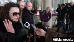Olivera Zekić daje izjavu novinarima, Foto: Borba