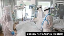 روسیه، داکتران حین تدوای بیماران ویروس کرونا