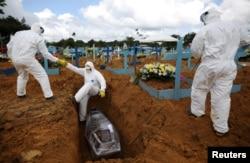 Похороны жертв COVID-19 в городе Манаус, столице бразильской Амазонии. Январь 2021 года